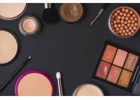 各种化妆品在黑面上形成框架的俯视图_3105766