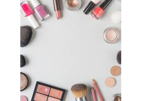 各种彩妆产品在白色背景上形成圆形_3134530