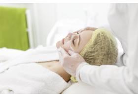 在美容诊所接受面部护理的女性_12844727