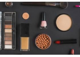 在黑色背景上俯瞰各种彩妆产品_3114902