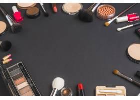 在黑色背景上形成圆形的各种化妆品_3114896