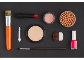 在黑色背景上高角观看各种化妆品和化妆刷_3100572