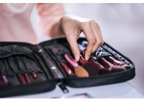 女人用刷子和化妆品化妆_3389302
