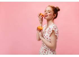 身穿白色太阳裙的年轻女子在粉色背景下享受_12678011