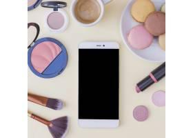 米色背景下手机化妆品和早餐的俯瞰_3019422