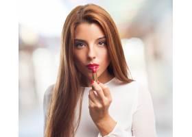 迷人的女性涂抹红色唇膏_1025992