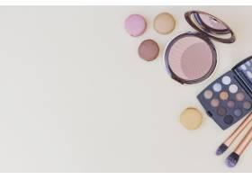紧凑型粉末眼影调色板米色背景上的化妆_3019484