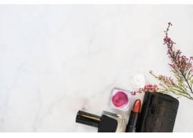 钱包和鲜花附近的化妆用品_1473820