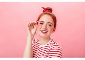 高兴的年轻女士戴着眼罩看着相机演播室拍_12885487