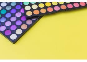 黄色背景上的两个调色板彩色眼影_3019476