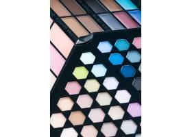 美丽的眼影和唇彩化妆品_3983528