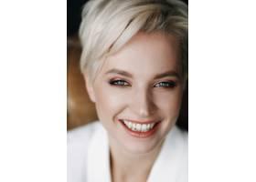 美丽的金发女子的肖像留着短发和深蓝色的_2446780