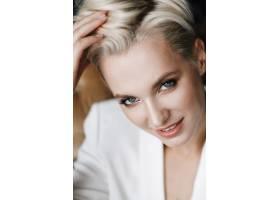 美丽的金发女子的肖像留着短发和深蓝色的_2446781