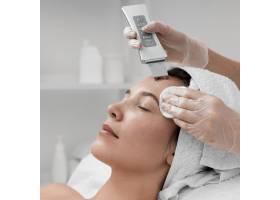 美容师为女客户做面部美容例行公事_12780847