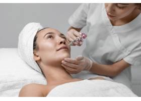 美容师为女性客户做填充剂注射_12780852