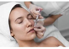 美容师为女性客户做注射填充物_12780822