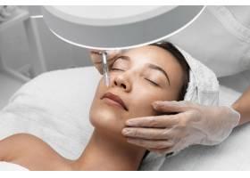 美容师为女性客户做注射填充物_12780830