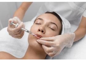 美容师为女性客户做注射填充物_12780841