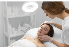 美容师和女客户在沙龙进行面部护理例行公事_12780823