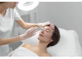 美容师和女客户在沙龙进行面部护理例行公事_12780832