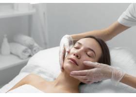 美容师和女客户在沙龙进行面部护理例行公事_12780833