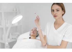 美容师在美容院为女客户做注射填充物_12780836