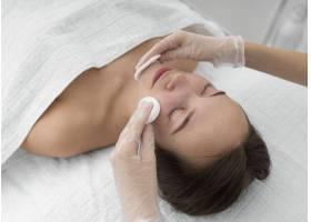 美容院的女客户使用洁面盘进行日常面部护理_12780824