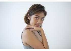 自信的年轻女子抚摸肩膀的肖像_3800677