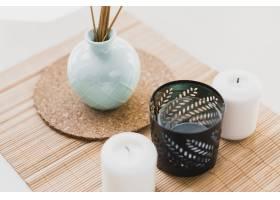 花瓶旁的蜡烛上面有香水棒_2337455