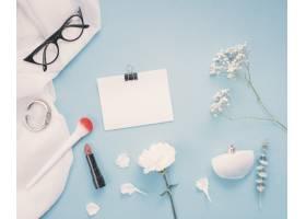 桌上有鲜花和化妆品的纸_3858451