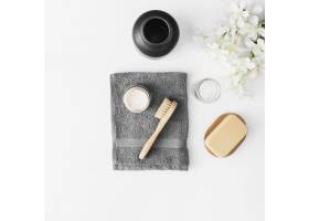 毛巾刷子保湿霜肥皂白色表面的罐子_3317992