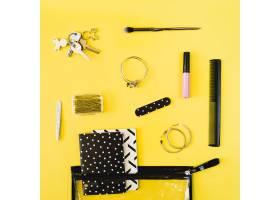 化妆袋附近的钥匙和美容用品_2053489