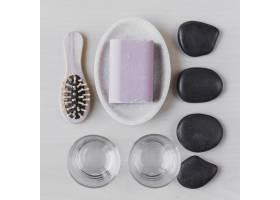 卵石附近的梳子和肥皂_2356194