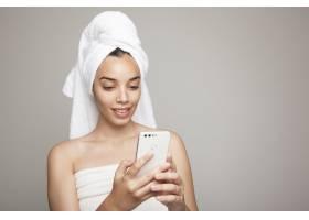 洗澡后与女人发短信_1209874