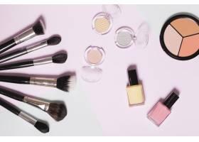 浅色背景上的各种化妆品_1585370