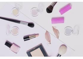 浅色背景下的各种化妆用品_1587581