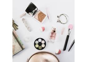 可爱化妆包附近的特写化妆品_2070371