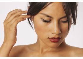 可爱的女人摸着她的头发往下看_1201149
