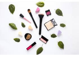 涂有化妆品和绿叶的粉刷_3805049