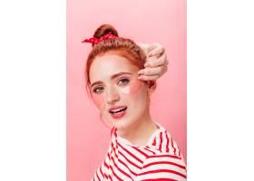 可爱的红发女孩戴着眼罩看着相机令人惊叹_12885502