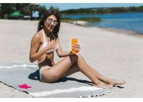 涂着防晒霜的女子竖起大拇指_2509539