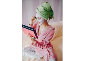 涂睫毛膏的女孩_3155257