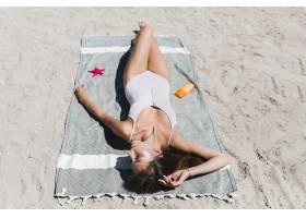 在海滩上晒日光浴的美女_2488573