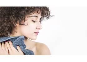 在白色背景下拿着餐巾纸的妇女从肩膀上看_3186719