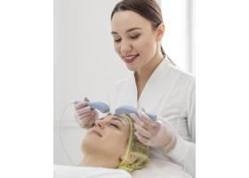 在美容诊所接受面部护理的女性_12844712