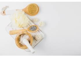 盐的高角视角白色背景上的丝瓜花和刷子_3555352