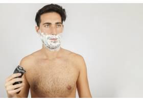 对着镜子刮胡子_1172336