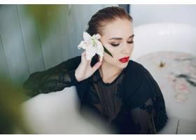 时髦漂亮的女孩躺在浴室里_3825951