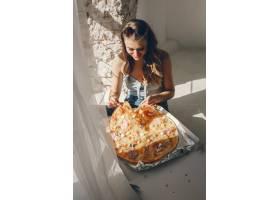 带披萨的可爱女孩_3828102
