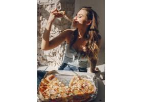 带披萨的可爱女孩_3828104